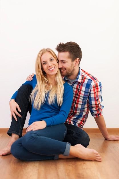 Coppie felici che flirtano insieme a casa Foto Gratuite