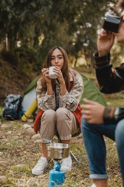 Coppia felice nella foresta, bere il tè Foto Gratuite