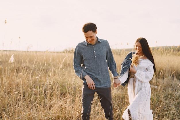 夕暮れ時の麦畑で恋の幸せなカップル 無料写真