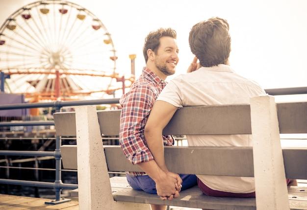 座っている愛の幸せカップル Premium写真