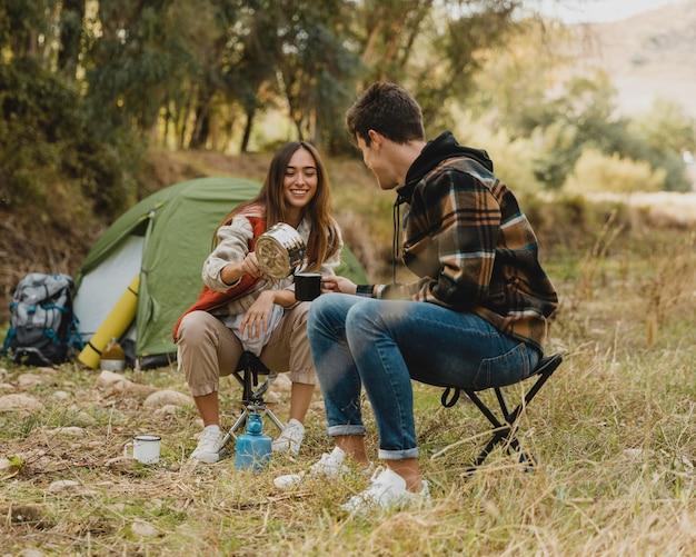 Счастливая пара в лесу вместе Бесплатные Фотографии
