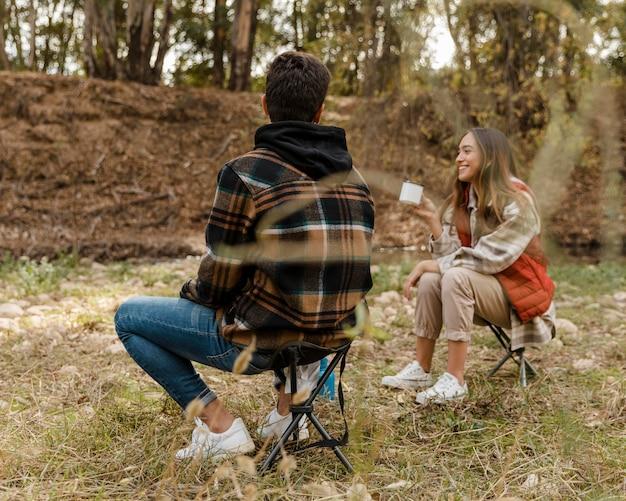 Счастливая пара в лесу сзади выстрел Бесплатные Фотографии
