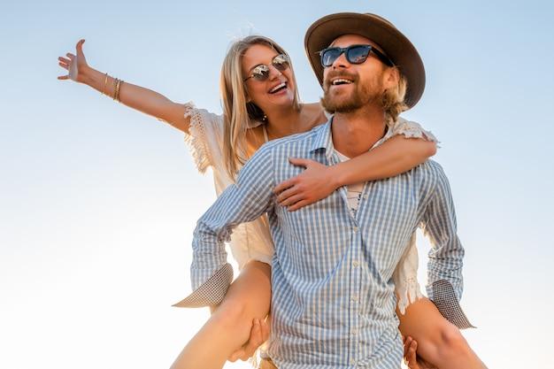 サングラスをかけて海、男と女で夏の旅行を笑って幸せなカップル 無料写真