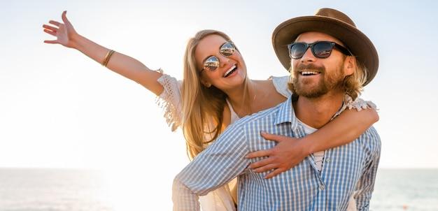 Счастливая пара смеется, путешествуя летом по морю, мужчина и женщина в солнцезащитных очках Бесплатные Фотографии