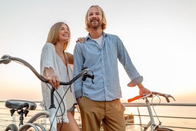 自転車で夏に旅行する友人の幸せなカップル 無料写真