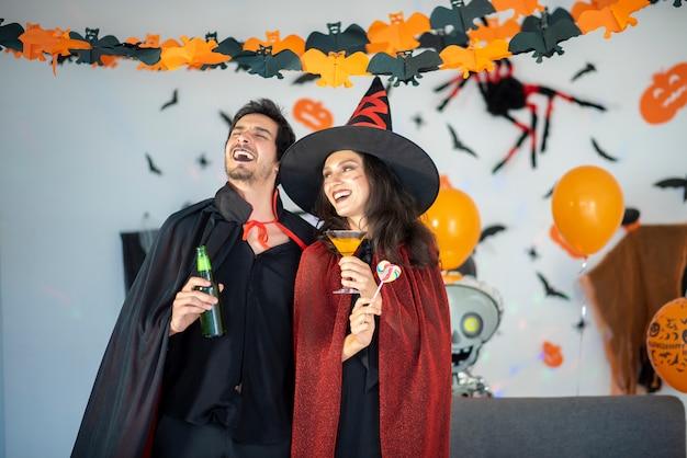 ハロウィーンのお祝いに衣装とメイクで愛の幸せなカップル Premium写真