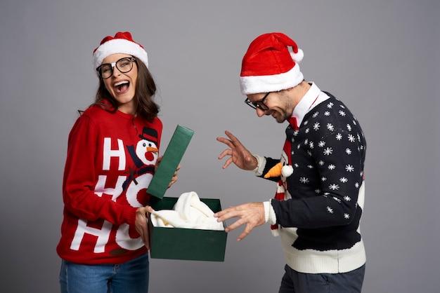 Счастливая пара открытия рождественский подарок Бесплатные Фотографии