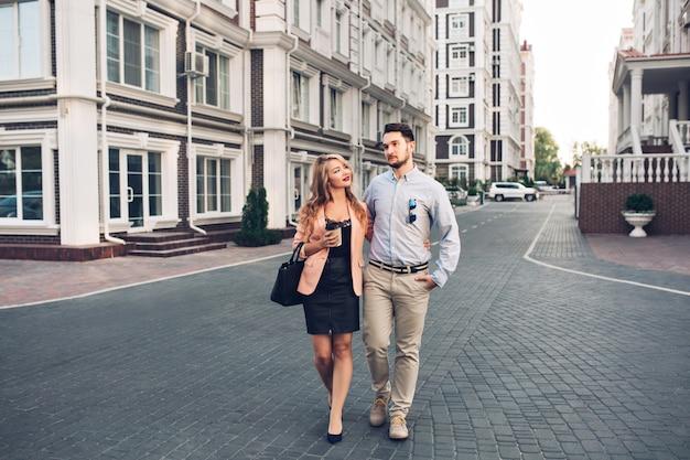 ブリティッシュクォーターを歩いて幸せなカップル。 無料写真