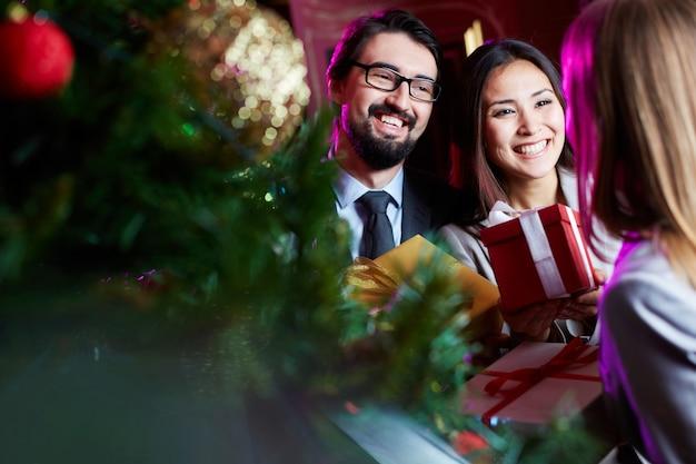 Coppie felici con i regali Foto Gratuite