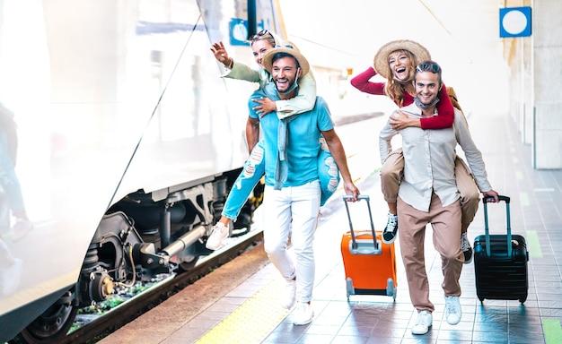 Счастливые пары, бегущие в спешке на платформе вокзала Premium Фотографии