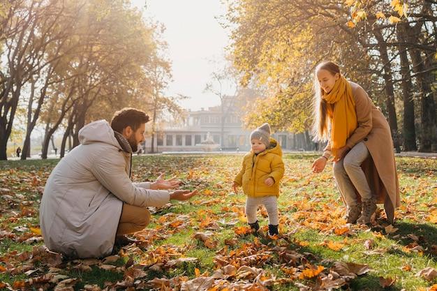 행복 한 아빠와 엄마 밖에 아기와 함께 연주 무료 사진
