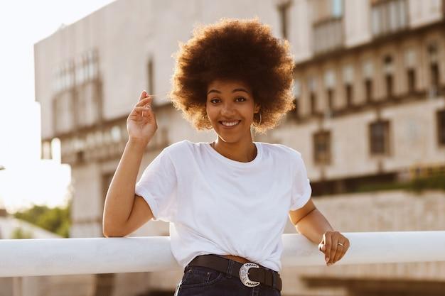 夏の散歩に白いtシャツを着た幸せな浅黒い肌の少女 Premium写真