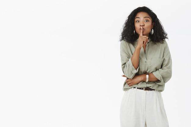 Donna dalla pelle scura affascinante felice ed entusiasta in abito alla moda Foto Gratuite
