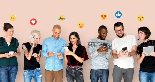 Persone diverse felici che utilizzano dispositivi digitali Foto Gratuite