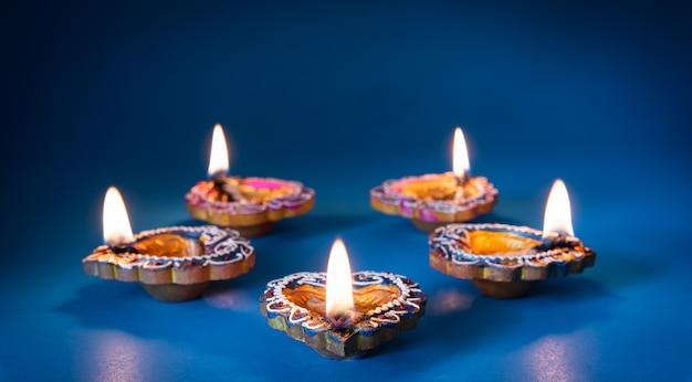 Счастливого дивали - лампы из глины дия зажжены во время дипавали, индуистского фестиваля огней Premium Фотографии