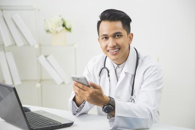 携帯電話で幸せな医者 Premium写真