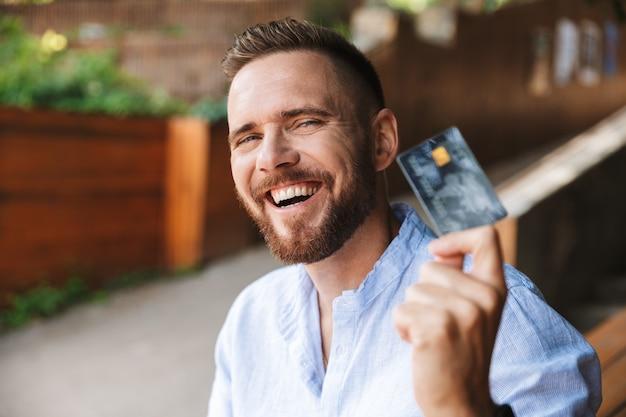 幸せな感情的な若いひげを生やした男 Premium写真