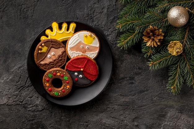 Buona epifania gustosi biscotti e aghi di pino Foto Gratuite