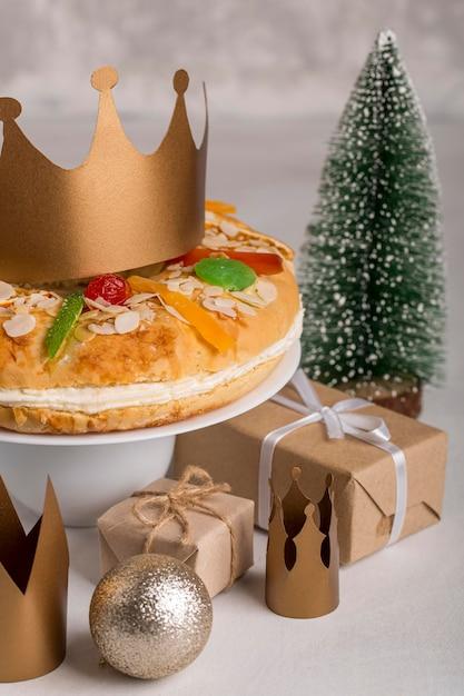 幸せなひらめきのおいしいケーキとクリスマスの地球儀 無料写真