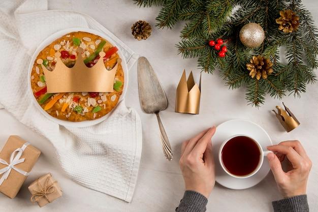 Felice epifania gustosa torta e tazza di tè Foto Gratuite