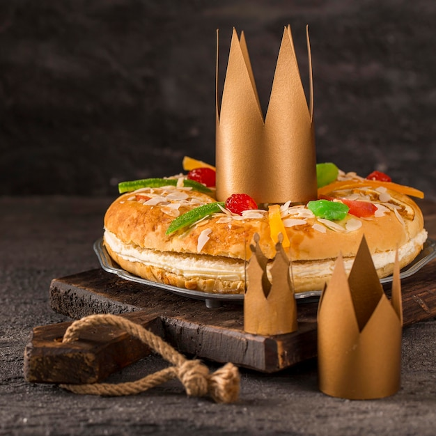 Felice epifania gustosa torta sul tagliere Foto Gratuite