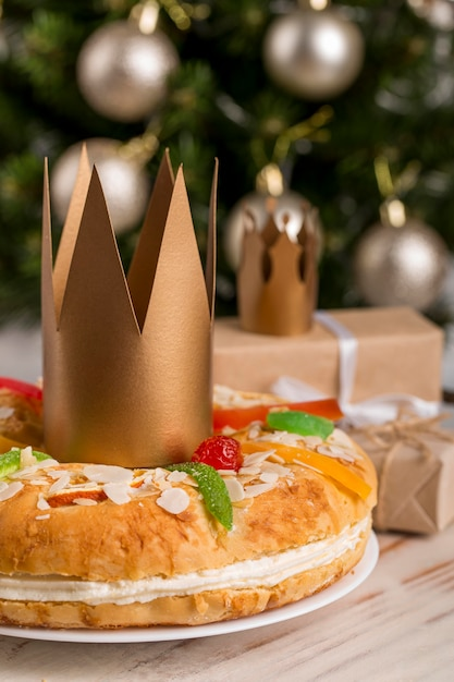 Felice epifania gustosa torta e corona d'oro Foto Gratuite