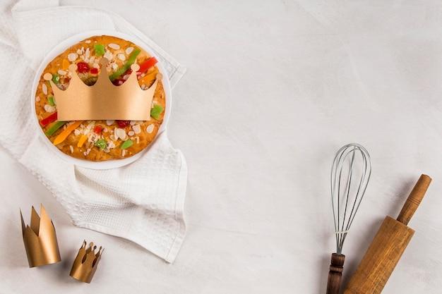 Buona epifania gustosa torta e utensili Foto Gratuite