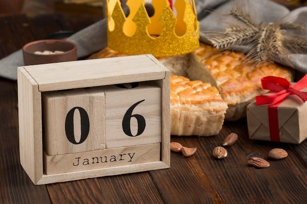Felice epifania gustosa torta e calendario Foto Gratuite