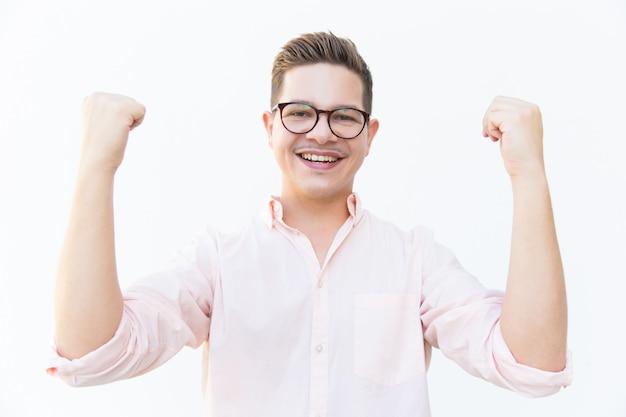 成功を祝う眼鏡で幸せな興奮した男 無料写真