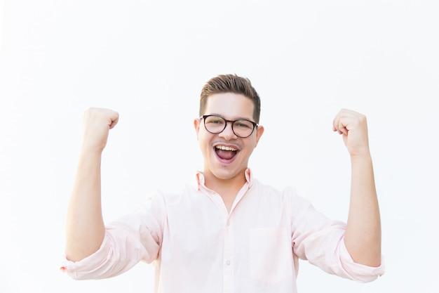 喜びの叫び眼鏡で幸せな興奮した男 無料写真