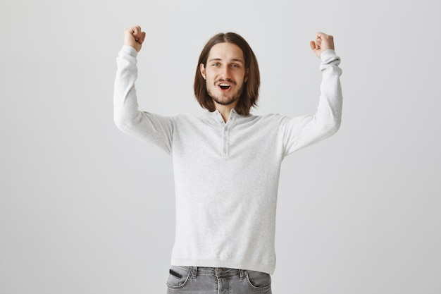 Uomo emozionante felice che si rallegra sulle buone notizie Foto Gratuite