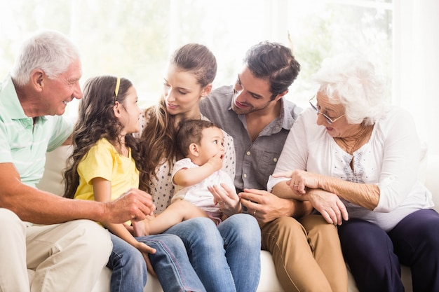 Счастливая расширенная семья, улыбающаяся дома Premium Фотографии