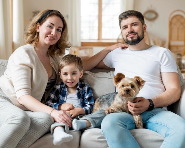 Счастливая семья и собака в помещении Бесплатные Фотографии