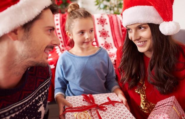 プレゼントとクリスマスの幸せな家族 無料写真