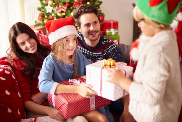 一緒にクリスマスを祝う幸せな家族 無料写真