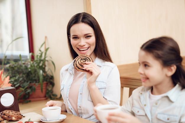 Happy family eating cakes in cafeteria. Premium Photo