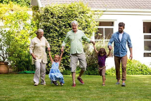 마당에 잔디를 즐기는 행복 한 가족 프리미엄 사진