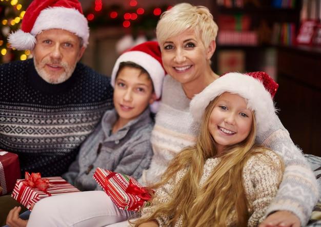 Счастливая семья, наслаждаясь рождеством Бесплатные Фотографии