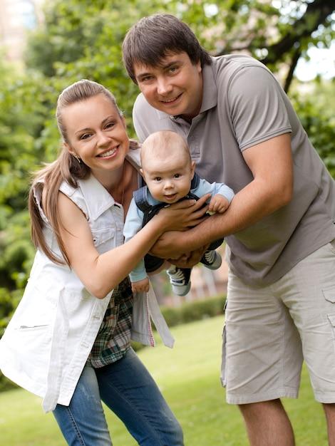 La famiglia felice passeggia nel parco Foto Gratuite