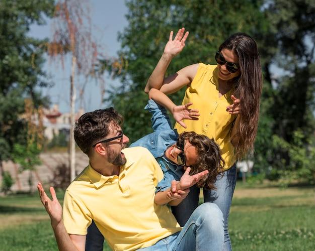一緒に公園で楽しい時間を過ごして幸せな家族 無料写真