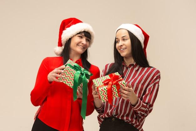 크리스마스 스웨터 선물 포즈에 행복 한 가족 무료 사진