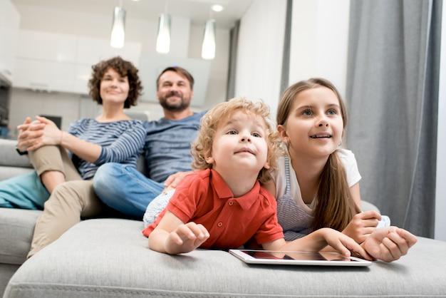 Счастливая семья в гостиной Premium Фотографии