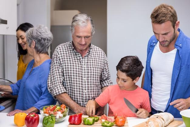 Счастливая семья на кухне Premium Фотографии
