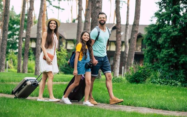 Счастливая семья в отпуске Premium Фотографии