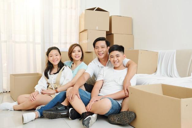 Счастливая семья переехала в новый дом Premium Фотографии