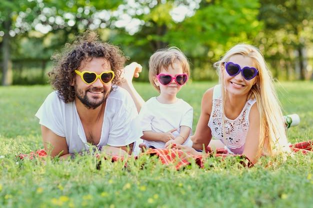 공원에서 노는 행복 한 가족. 어머니, 아버지, 아들은 여름, 봄에 자연 속에서 함께 놀아요. 프리미엄 사진