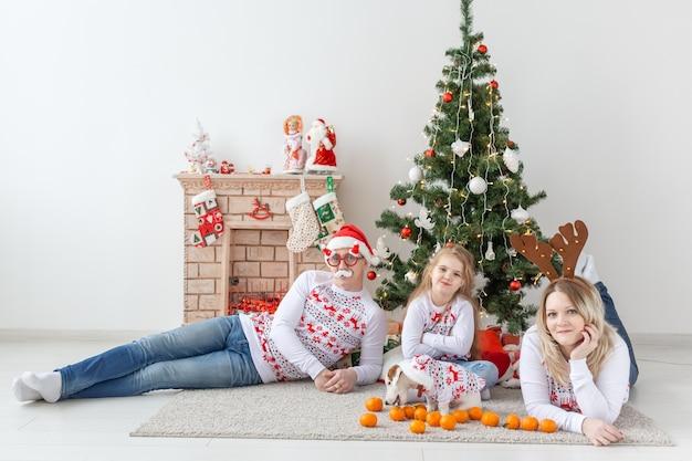 크리스마스 트리, 행복 한 가족 초상화 프리미엄 사진