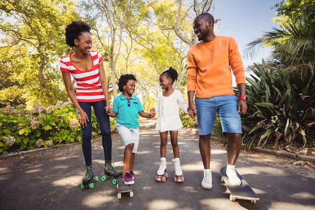 Счастливая семья позирует вместе Premium Фотографии