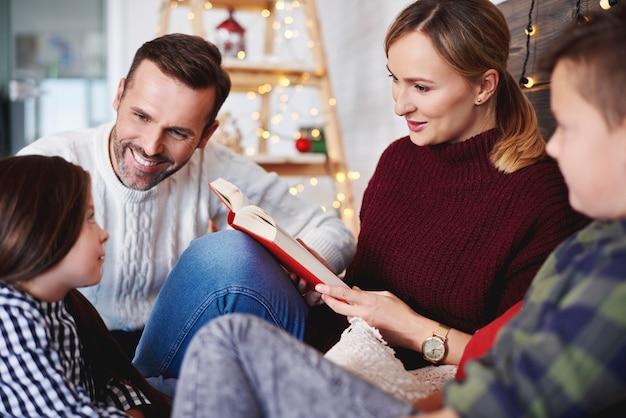 크리스마스 시간에 책을 읽고 행복 한 가족 무료 사진