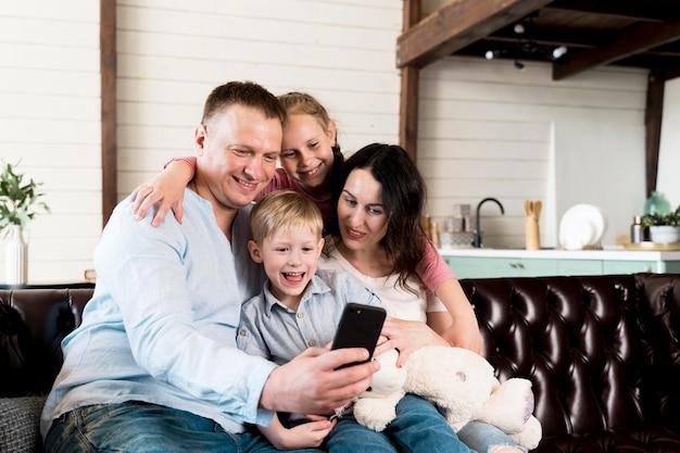 一緒にselfieを取って幸せな家族 無料写真